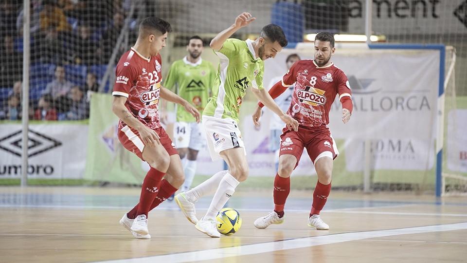 Crédito: LNFS - Lolo, jogador do Palma Futsal, contra Andresito e Darío, do El Pozo Murcia. (Toni Ferrero / Palma de Futsal)