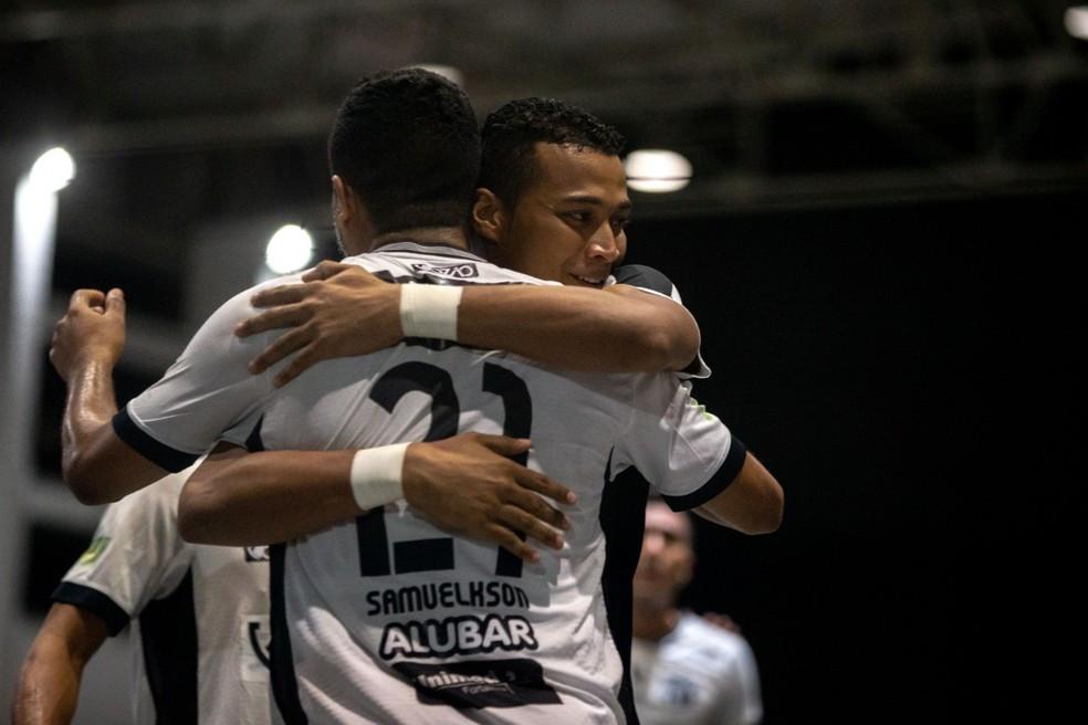 Crédito: Stephan Eliert - Jogadores do Ceará comemoram vitória contra o Brasília