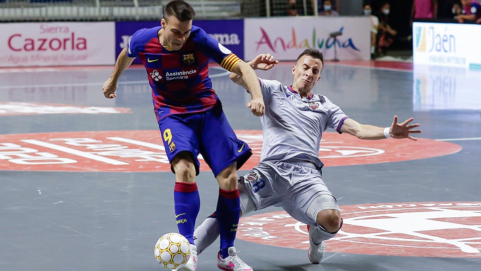 Crédito: LNFS - Sergio Lozano, do Barça, está lutando pela bola com Maxi Rescia, do Levante UD.