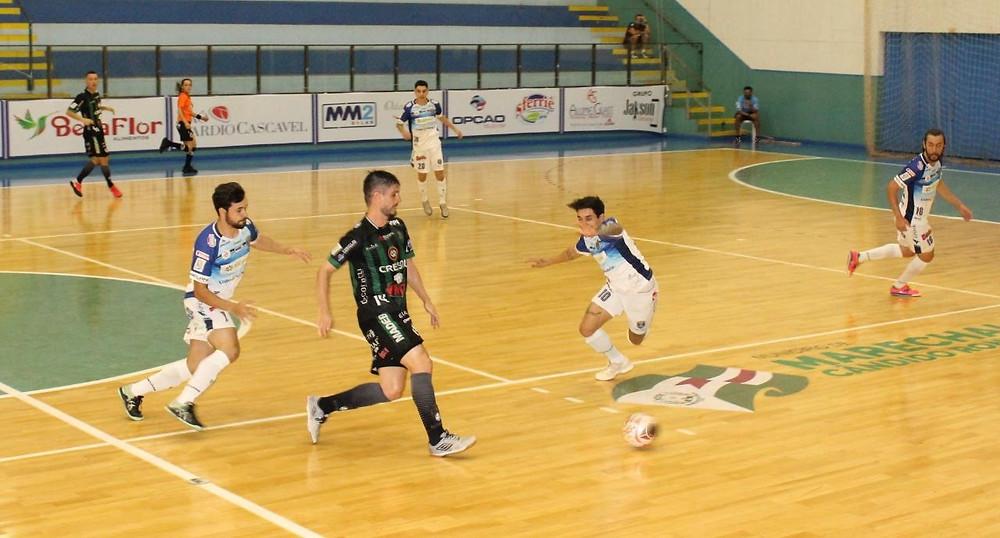 Crédito: Gustavo da Cunha - Vini, do Marreco, recebe marcação de dois jogadores do Marechal na partida da última sexta-feira.
