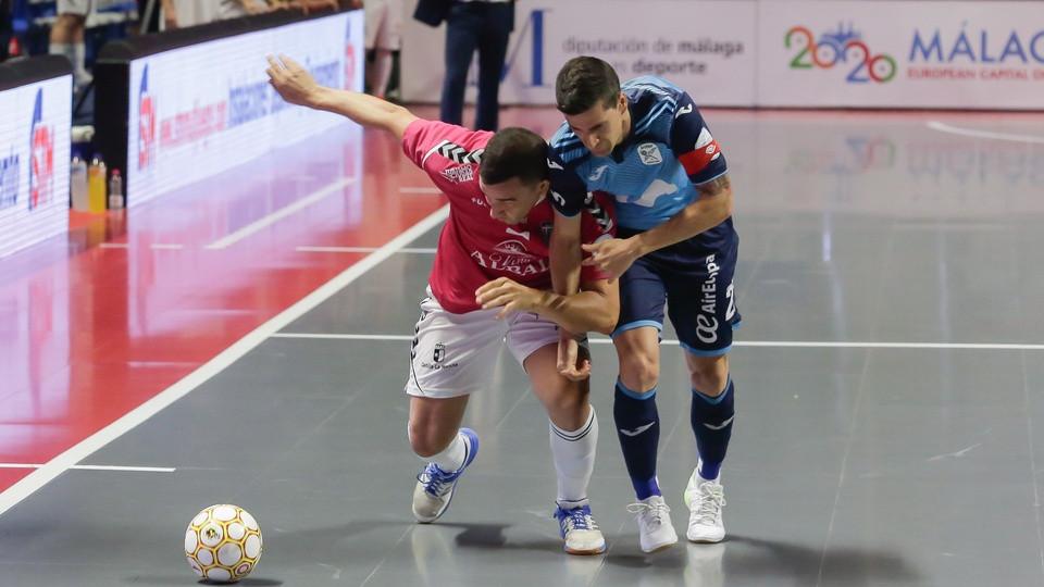 Crédito: LNFS - José Ruiz, da Viña Albali Valdepeñas, e Carlos Ortiz, da Movistar Inter, lutam pela bola durante a Final do Play Off