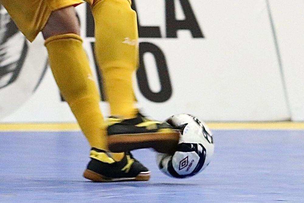 Crédito: Guilherme Mansueto - Deformidade da bola impressiona após chute do jogador do Sorocaba Futsal