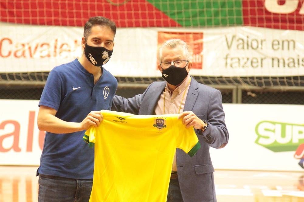 Crédito: Edson Castro - Presidente da CBFS Marcos Madeira presenteando Lorenzo (Supervisor Corinthians)