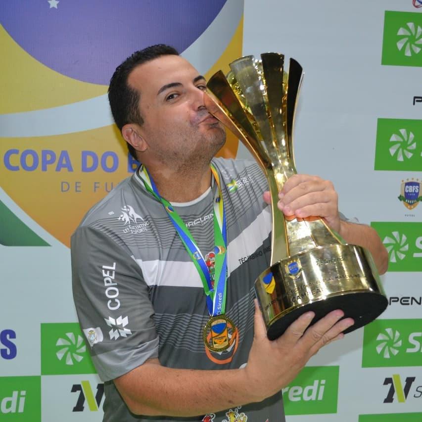 Crédito: Adolfo Pegoraro - Fabinho Gomes com a taça da Copa do Brasil Sicredi
