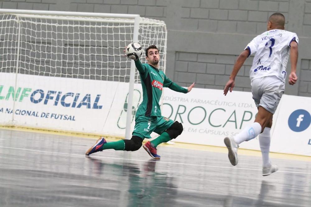 Crédito: Guilherme Mansueto - Goleiro Kelvin chega para disputar com Deivão no gol da Assoeva.