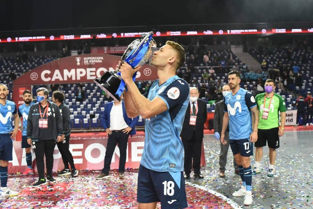 Crédito: InterMovistar Divulgação - Pito levanta a Super Taça na Espanha