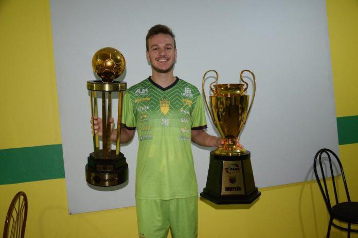 Crédito: Roni Müller - Darici com os troféus conquistados pela Assoeva em 2019. Meta é seguir nesse embalo. Que venham mais