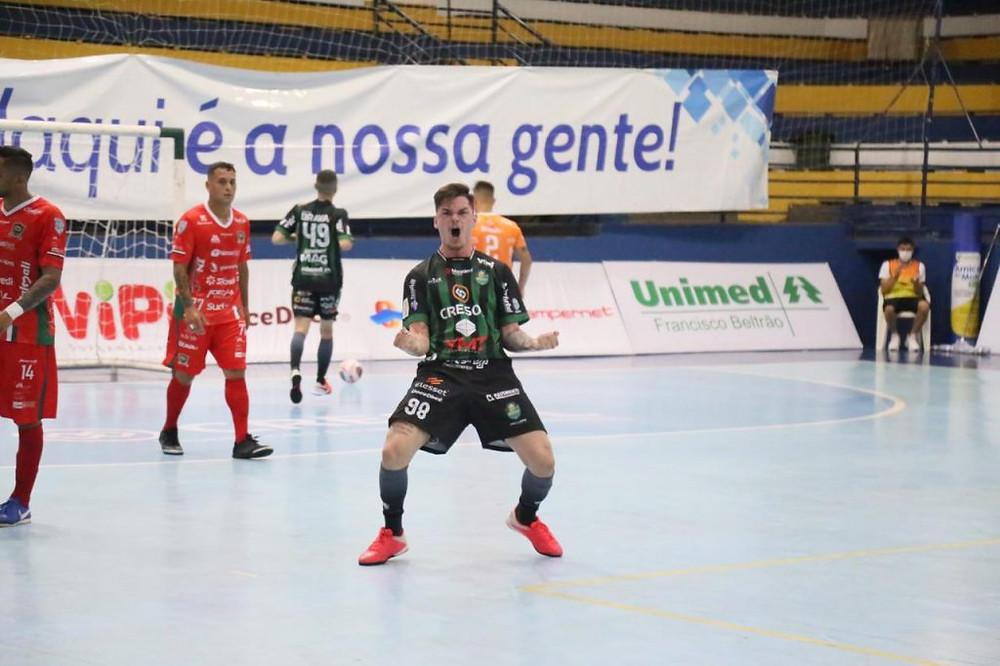 Crédito: Adolfo Pegoraro - O fixo Diego Passamani fez o único gol do Marreco na Série Ouro do Paranaense de Futsal.
