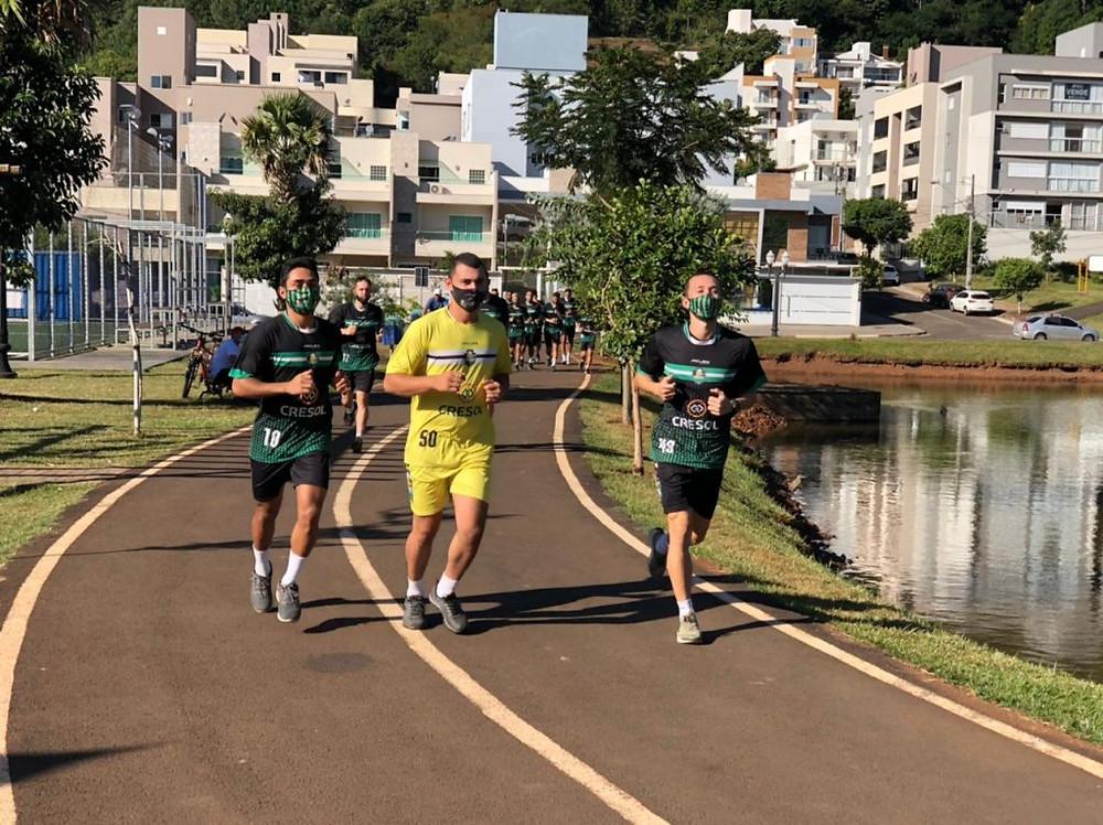 Crédito: Adolfo Pegoraro - Sem poder treinar no Ginásio Arrudão, os jogadores do Marreco fizeram um trabalho ontem ao ar livre, no Parque Boa Vista, no Bairro Industrial.