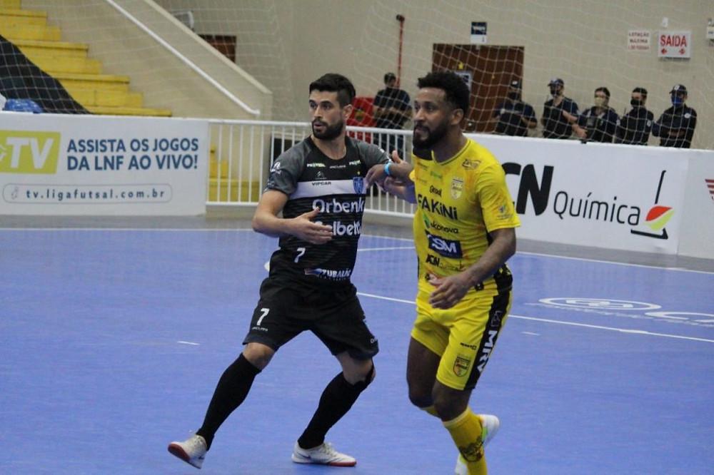 Crédito: João Duarte - Tubarão e Jaraguá fizeram duelo de muita marcação e apenas um gol