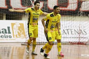 Jaraguá abre vantagem no primeiro tempo, segura pressão e vence o rival Joinville