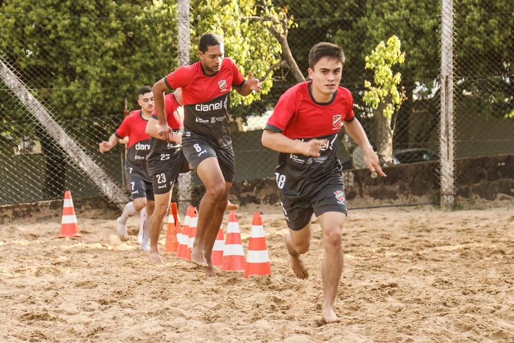 Crédito: Edson Castro - Atividade na areia é um complemento na preparação física dos atletas.