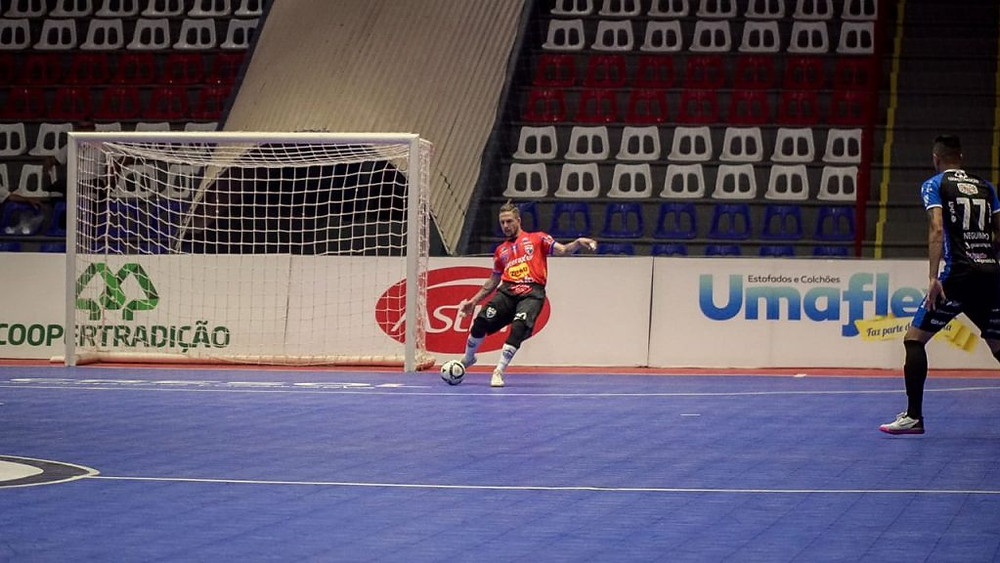 Crédito: Diego Lanesko - Ale Falcone marcou dois gols na vitória do Umuarama sobre o Pato