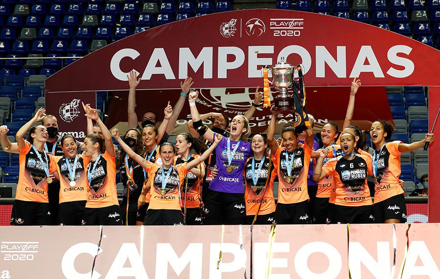 Crédito: RFEF - Equipe Rubén Burela FS levantando a taça de campeão