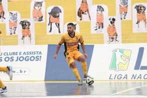 Torcida pet chama atenção em jogo da Liga Nacional de Futsal