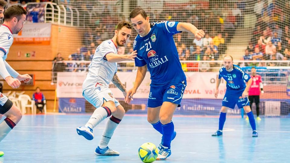 Crédito: LNFS - José Ruiz protege a bola da pressão de um rival.