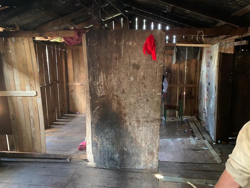 Crédito: Divulgação - Fiação exposta e as frestas nas paredes deixavam o frio entrar