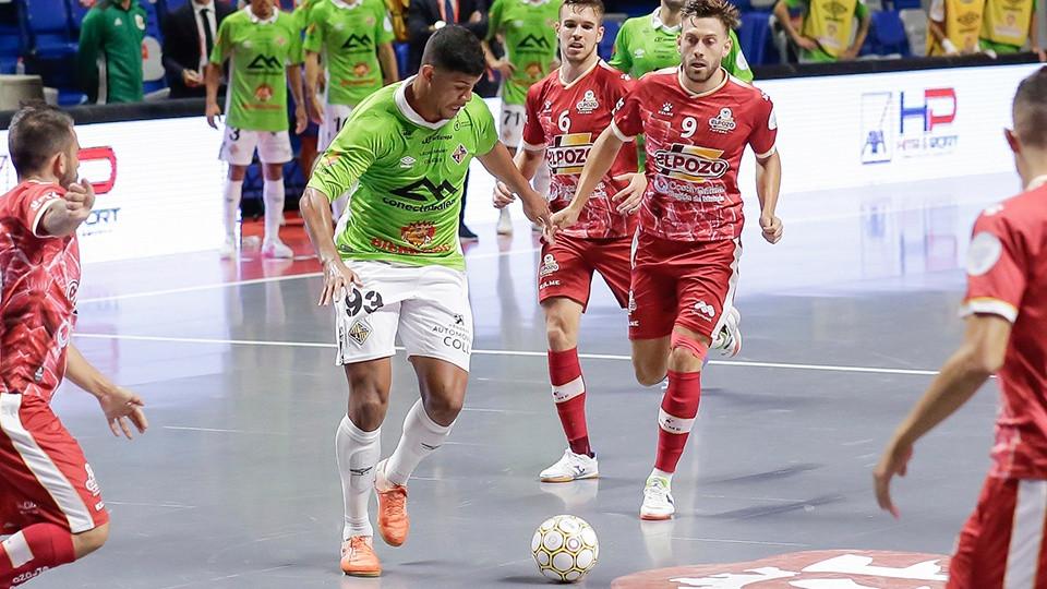 Crédito: Vilela, do Palma Futsal, cercado por jogadores do El Pozo Murcia Costa Cálida.