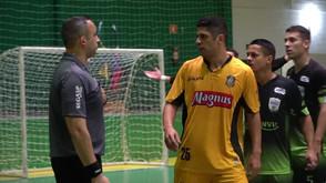 Jogador faz gol de mão, avisa o árbitro e acaba aplaudido por rivais após atitude