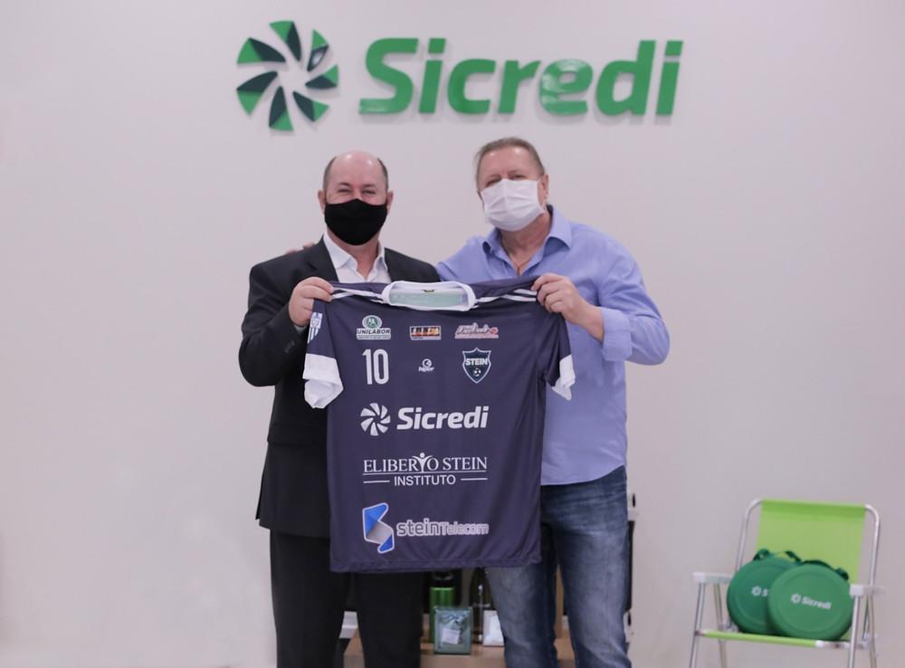 Crédito: Marcos Pi - Aldo Dagostim, Presidente Sicredi Vanguarda ao lado Eliberto Stein Presidente do Stein Cascavel Futsal