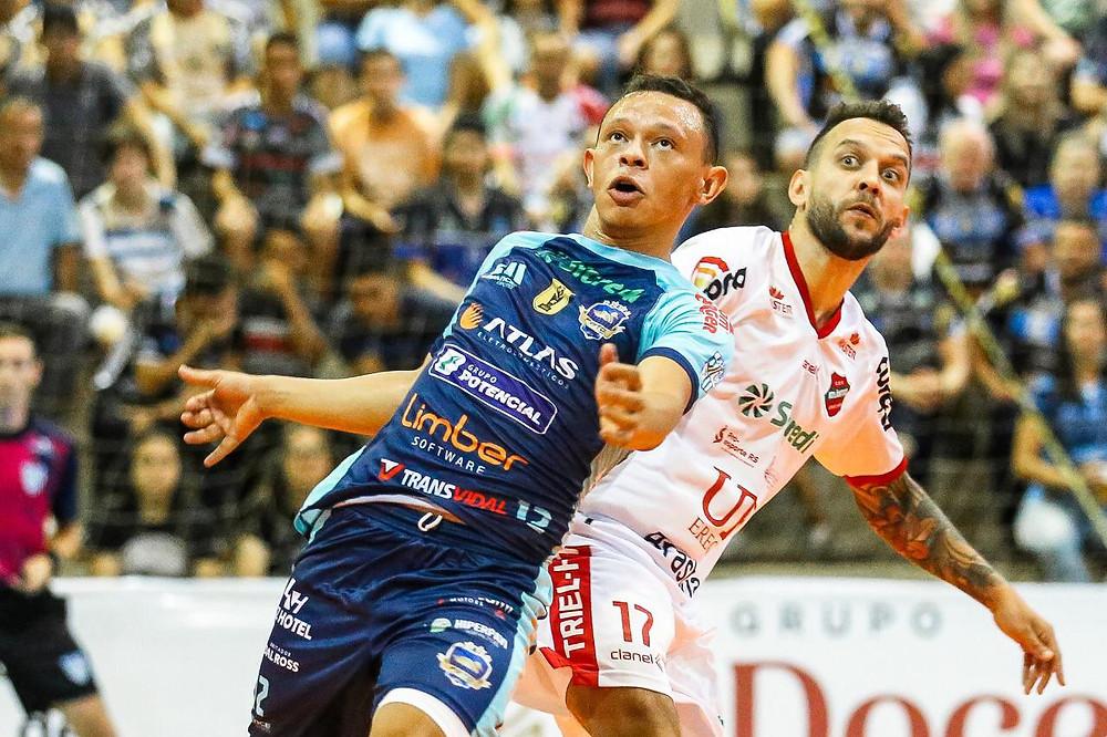 Crédito: Mauricio Moreira - Robério em ação pelo Pato Futsal na temporada 2020