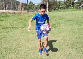 Menino de 11 anos recordista de embaixadinhas ganha elogios e é desafiado por Falcão; vídeo