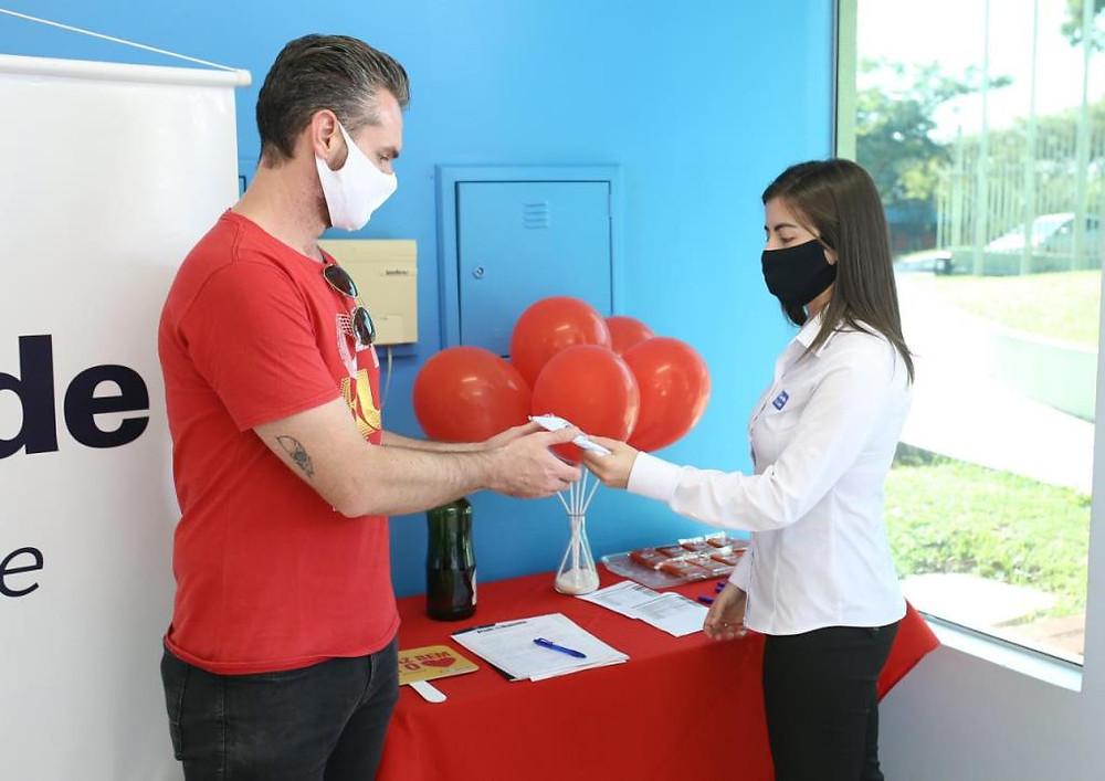 Crédito: Maurício Moreira - Doadores recebem máscara personalizada do Pato e da Poli Saúde