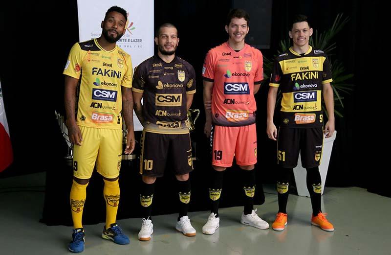 Crédito: Lucas Pavin - Camisas titular (E), reserva, de goleiro e alternativa do clube foram apresentadas em março