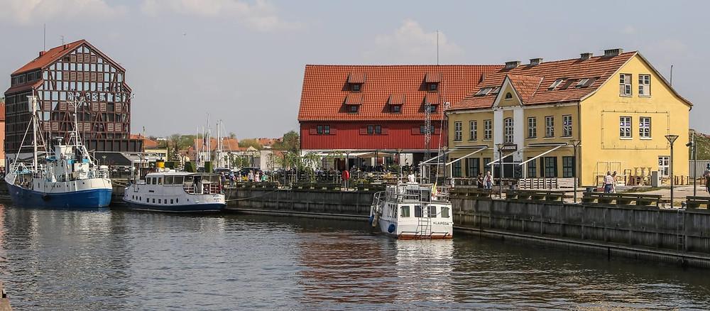Crédito: Divulgação - Cidade de Klaipėdos, Lagoa da Curlândia (Curonian) e o hotel Old Mill.