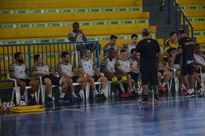 Crédito: Roni Muller - Em meio a preparação física, técnico Morruga já repassa as primeiras orientações táticas para aquelas primeiras atividades com bola