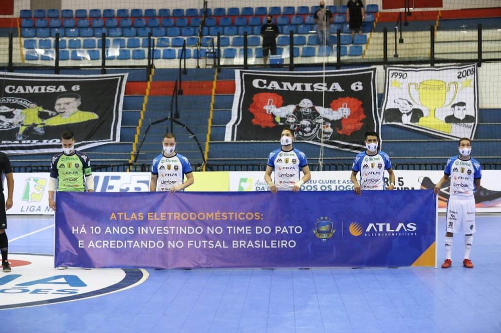 Crédito: Mauricio Moreira - Atletas entraram em quadra com faixa alusiva aos 10 anos de história