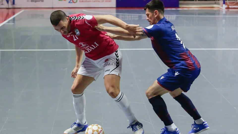 Crédito: LNFS - José Ruiz, do Viña Albali Valdepeñas, controla a bola contra Gallo, do Levante UD FS