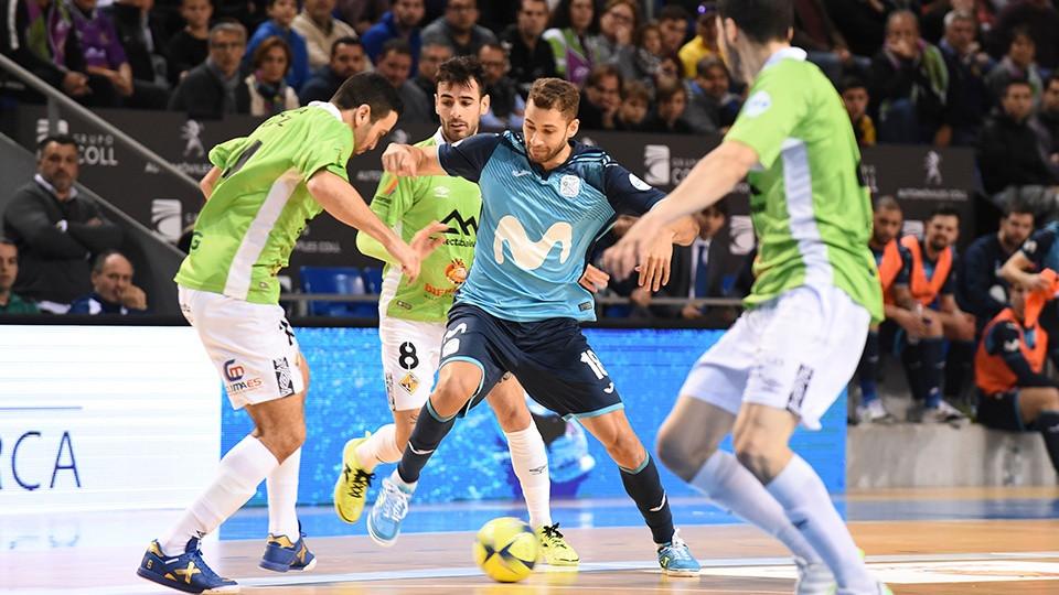 Crédito: LNFS - Pito, da Movistar Inter, está lutando pela bola com vários jogadores do Palma Futsal.