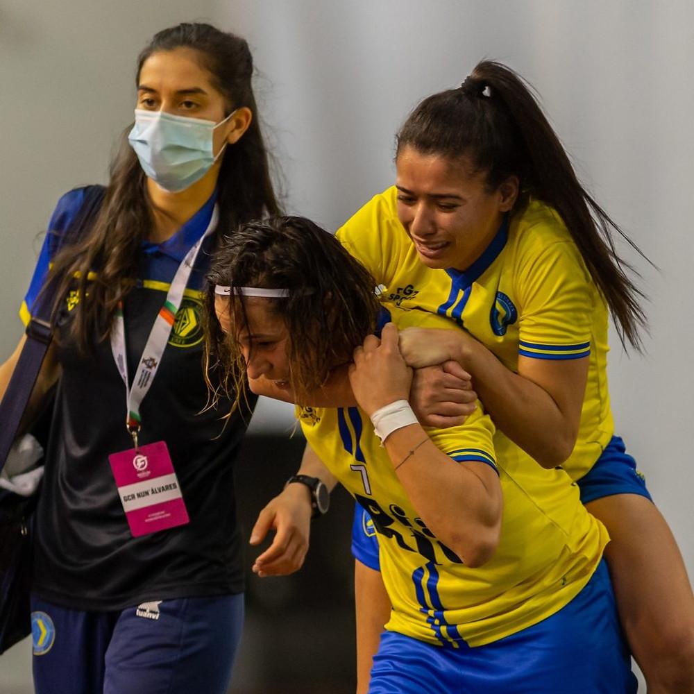Crédito: Divulgação Facebook - Brasileira precisou ser carregada para sair da quadra