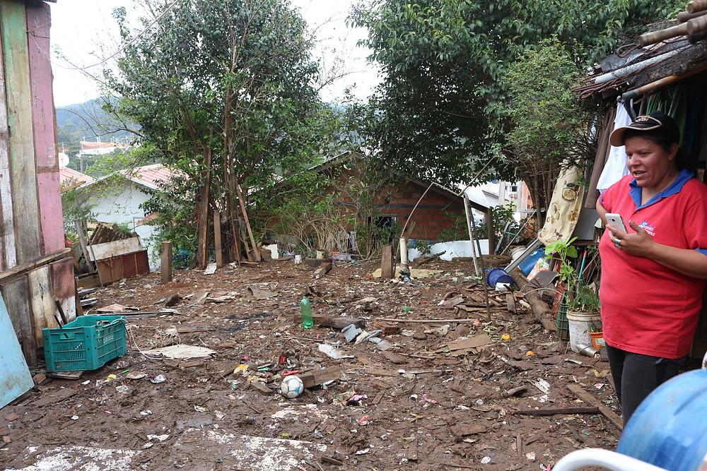 Crédito: Divulgação - Denise mostrou nesta terça-feira (28) o terreno já limpo para a construção da nova moradia