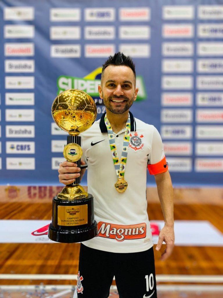 Crédito: Divulgação - Deives com o título da Supercopa Magnus, o último conquistado