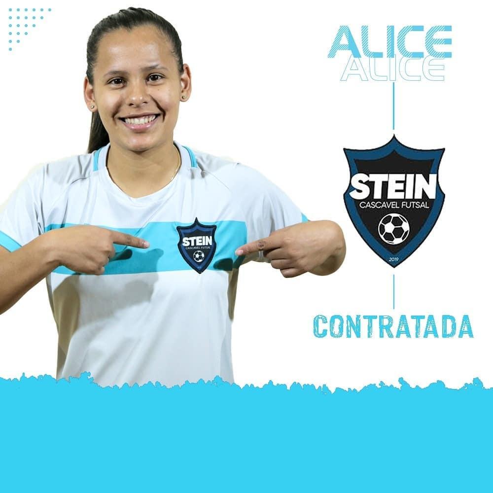 Crédito: Arte Stein Cascavel - Alice com a camisa do Stein Cascavel Futsal Feminino.