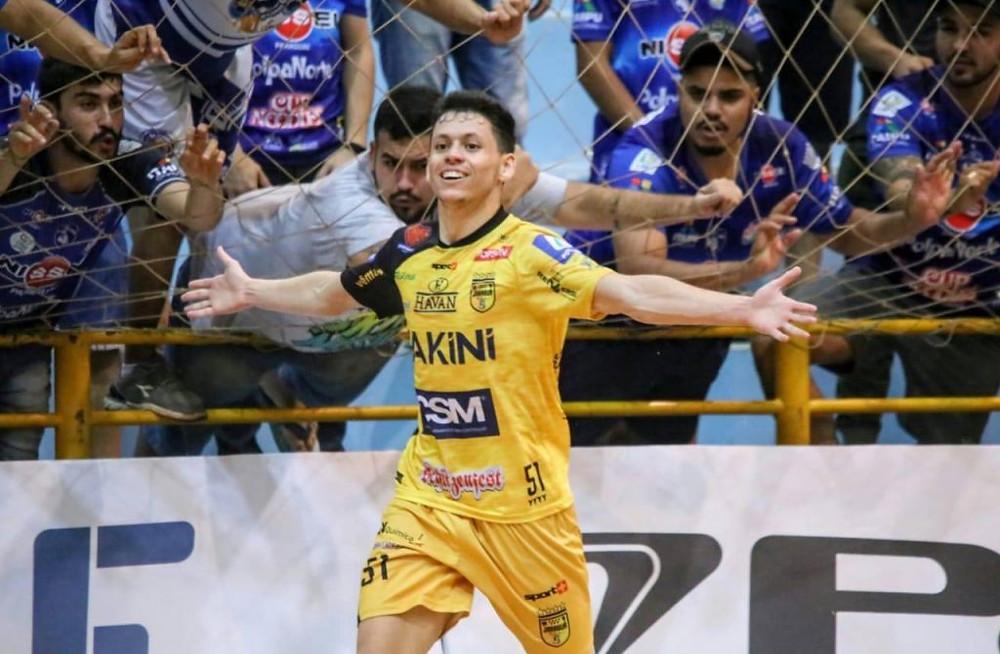 Crédito: Reprodução - João Guilherme comemorando gol pelo Jaraguá
