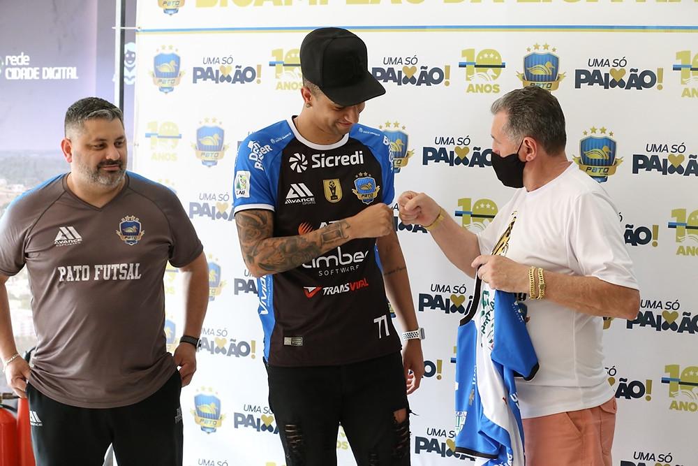 Crédito: Mauricio Moreira - Neguinho recebe a camisa das mãos do vice-presidente do clube, Alcir Camozatto