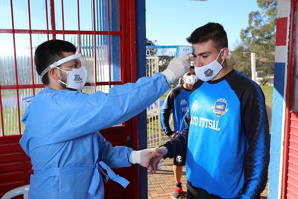 Crédito: Mauricio Moreira - Atletas passam por teste de temperatura