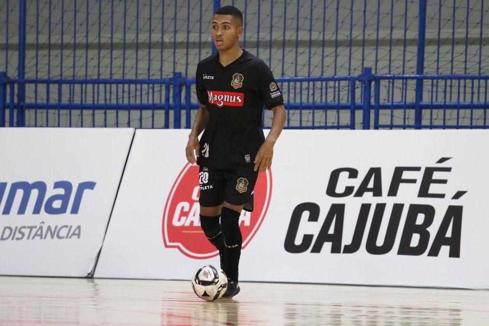Crédito: Guilherme Mansueto - Leozinho fez um dos gols mais bonitos da temporada e ajudou o Magnus a manter 100% de aproveitamento