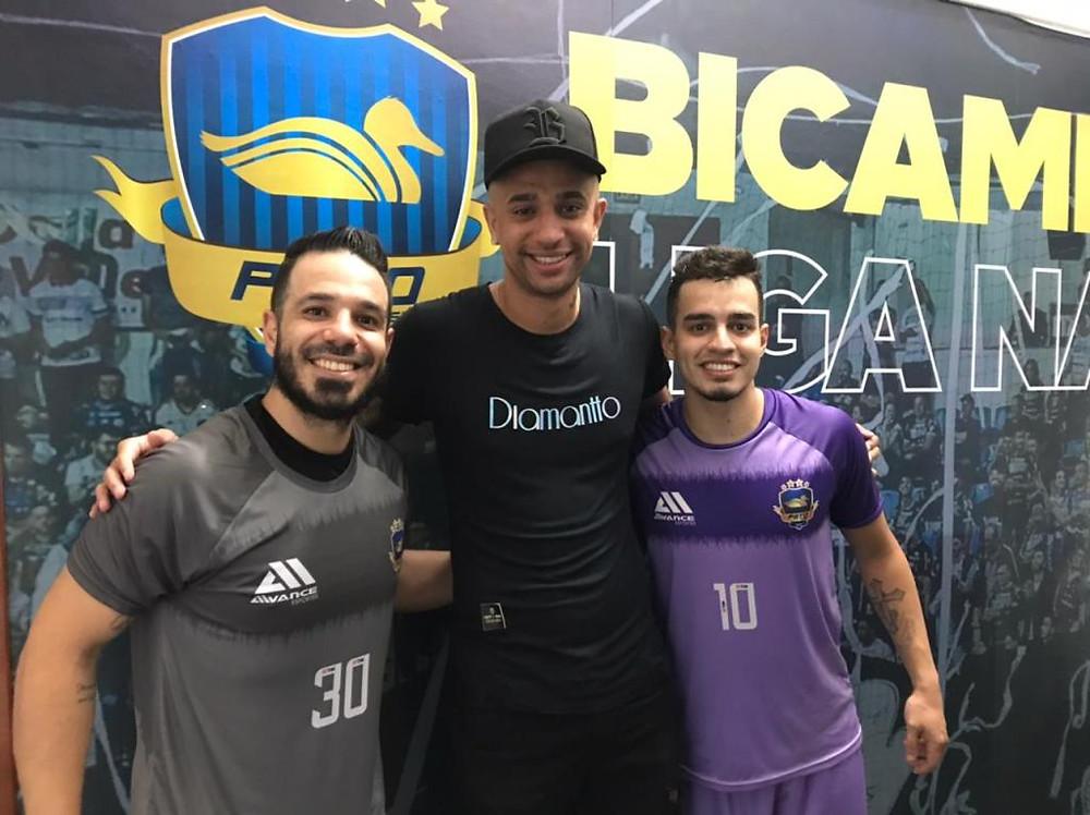 Crédito: Mauricio Moreira - Neguinho ao lado do goleiro Gian Wolverine e do ala Mazetto