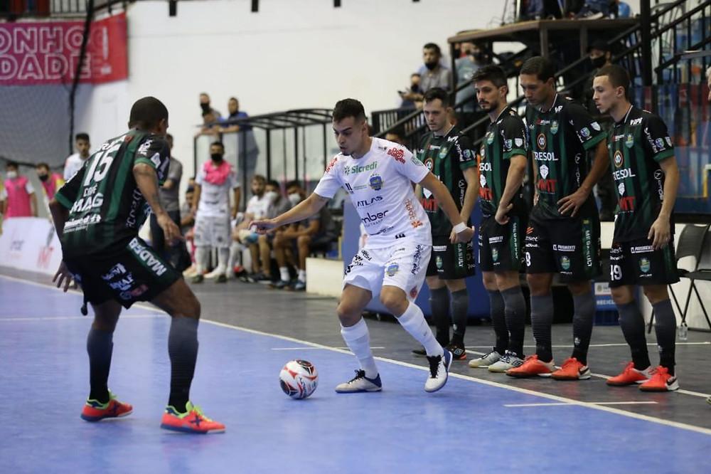 Crédito: Mauricio Moreira - Mazetto leva o Pato ao ataque diante do Marreco