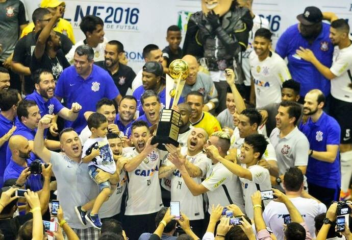 Crédito: Marcos Ribolli - Corinthians levantando a taça de campeão da LNF2016