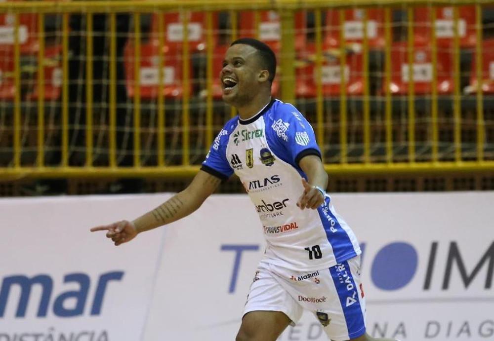 Crédito: Mauricio Moreira - Ala Denner defende o Pato Futsal em mais uma temporada