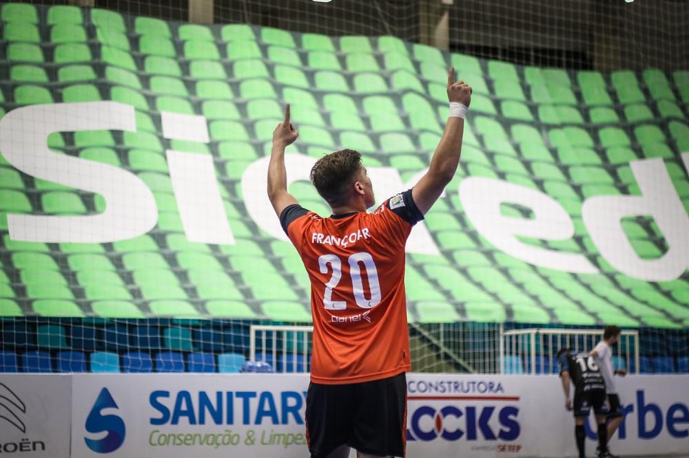 Crédito: Leonardo Hubbe - Goleiro Françoar foi o destaque do Minas na semifinal