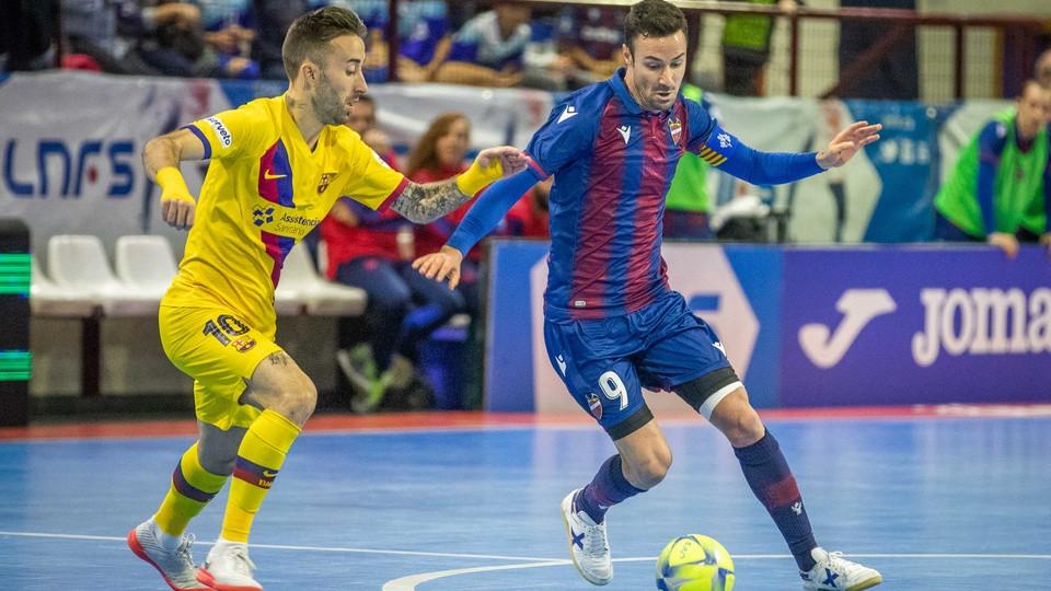 Crédito: LNFS - Márquez, do Levante UD FS, dirige a bola na presença de Rivillos, do Barça