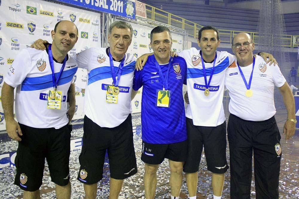 Crédito: Divulgação - Luciano Meneghetti (camisa azul) assume a função de preparador de goleiros