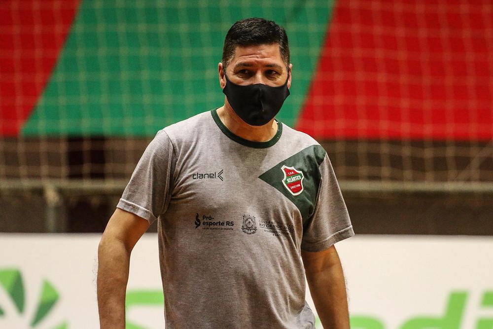 Crédito: Edson Castro - Técnico Giba em treinamento com a equipe