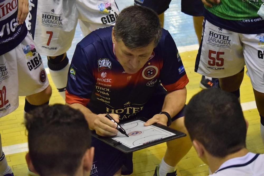 Crédito: Mayelle Hall - Paulinho Sananduva, técnico do Joaçaba, orientando seus atletas durante uma partida de LNF